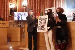 Miriam-Garcia-recoge-el-premio-de-manos-del-alcalde
